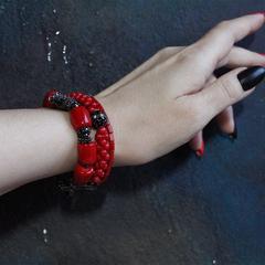 Широкий красный браслет из коралла с черненой фурнитурой и фианитами