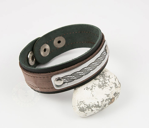 BL457 Узкий браслет из двух слоев кожи разного цвета с гравировкой на пластине