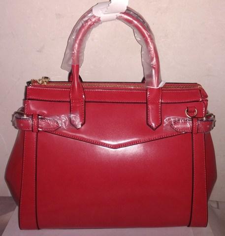 Красно - алая сумка с одним отделением внутри