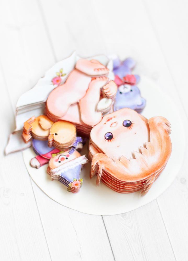 Малыш с игрушками - готовая работа, вид сверху.