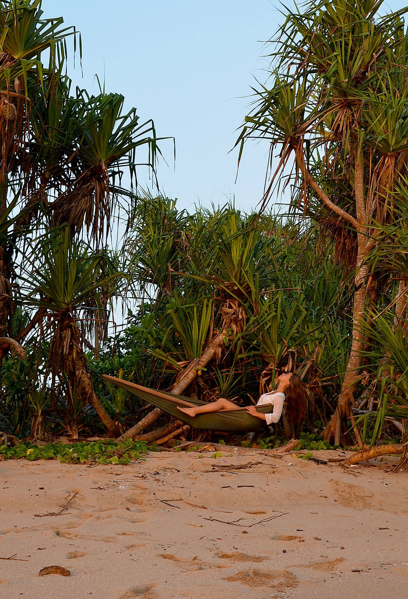 Сплю на необитаемом острове в гамаке.