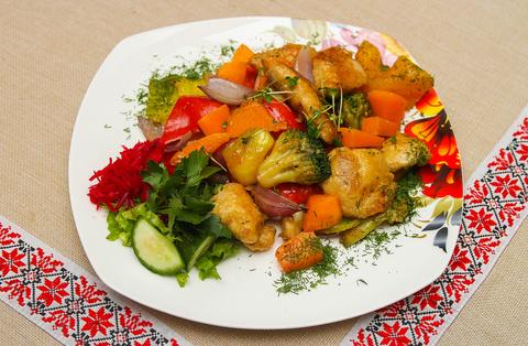 Филе индейки с припущенными овощами
