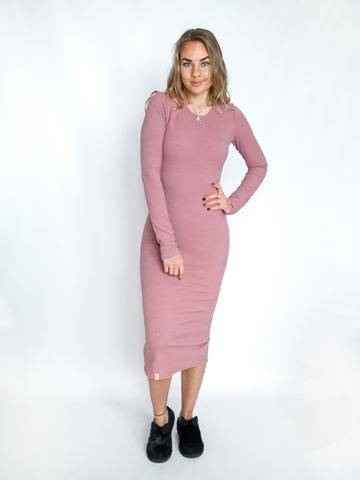 Платье трикотажное с округлым вырезом пудровое