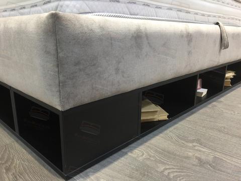 Удобные полочки для хранения и мягкий угол кровати