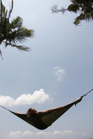 Лежу в гамаке между небом и землей.
