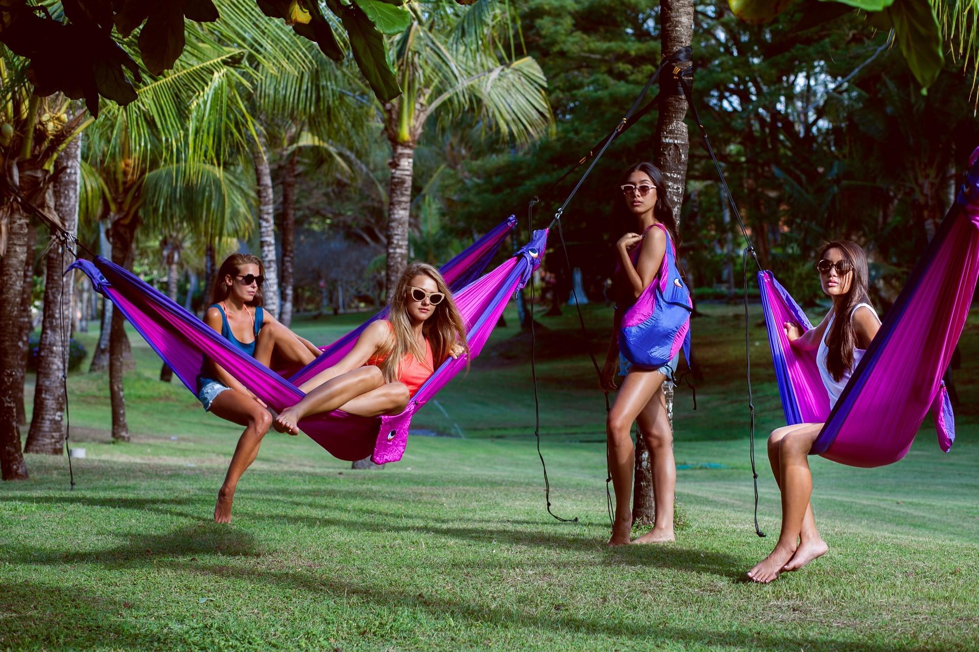 Девушки отдыхают в гамаках.
