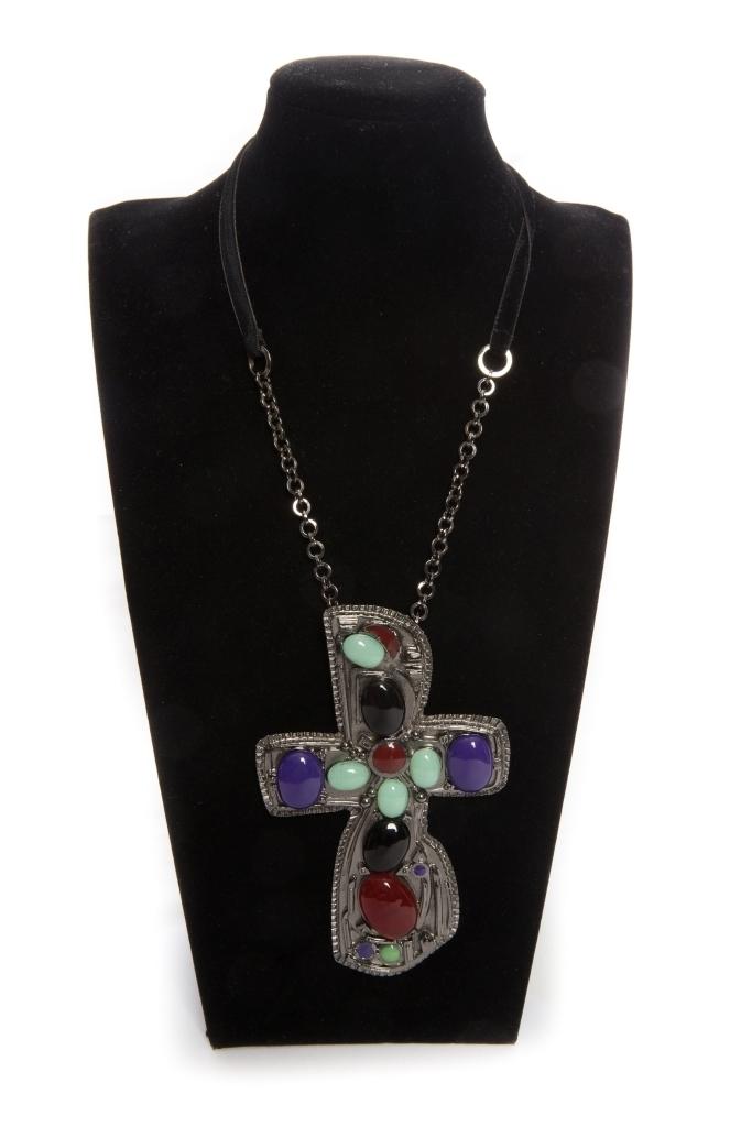 Стильный кулон в виде креста со стеклом Грипуа от Chanel.