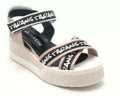 Пудровые сандалии с черно- белой надписью на горке