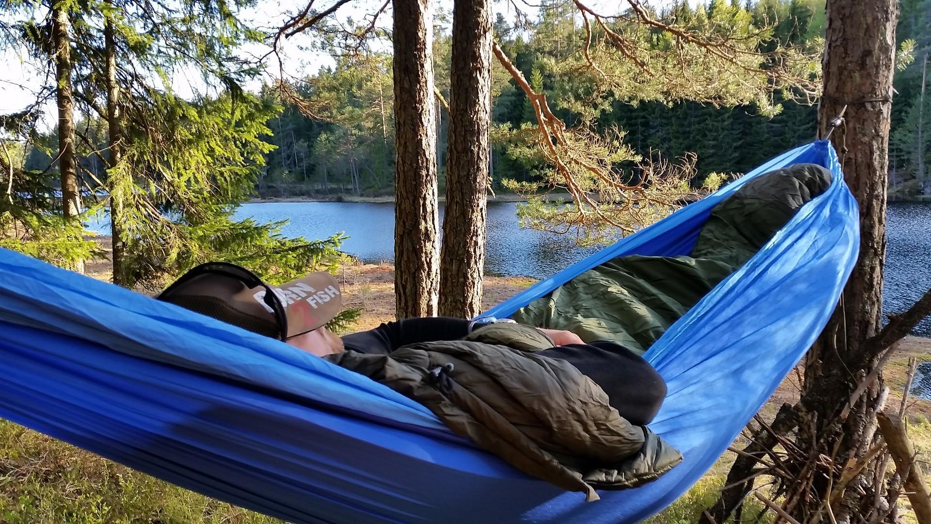 Я сплю в гамаке у реки. Отдых удался.