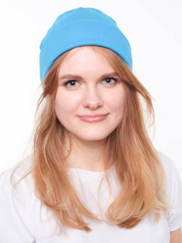 Удлиненная шапочка бини из голубого (бирюзового) хлопка в рубчик