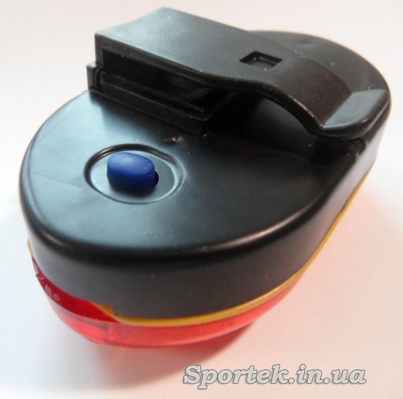 Червоний задній ліхтар для велосипеда вид ззаду збоку