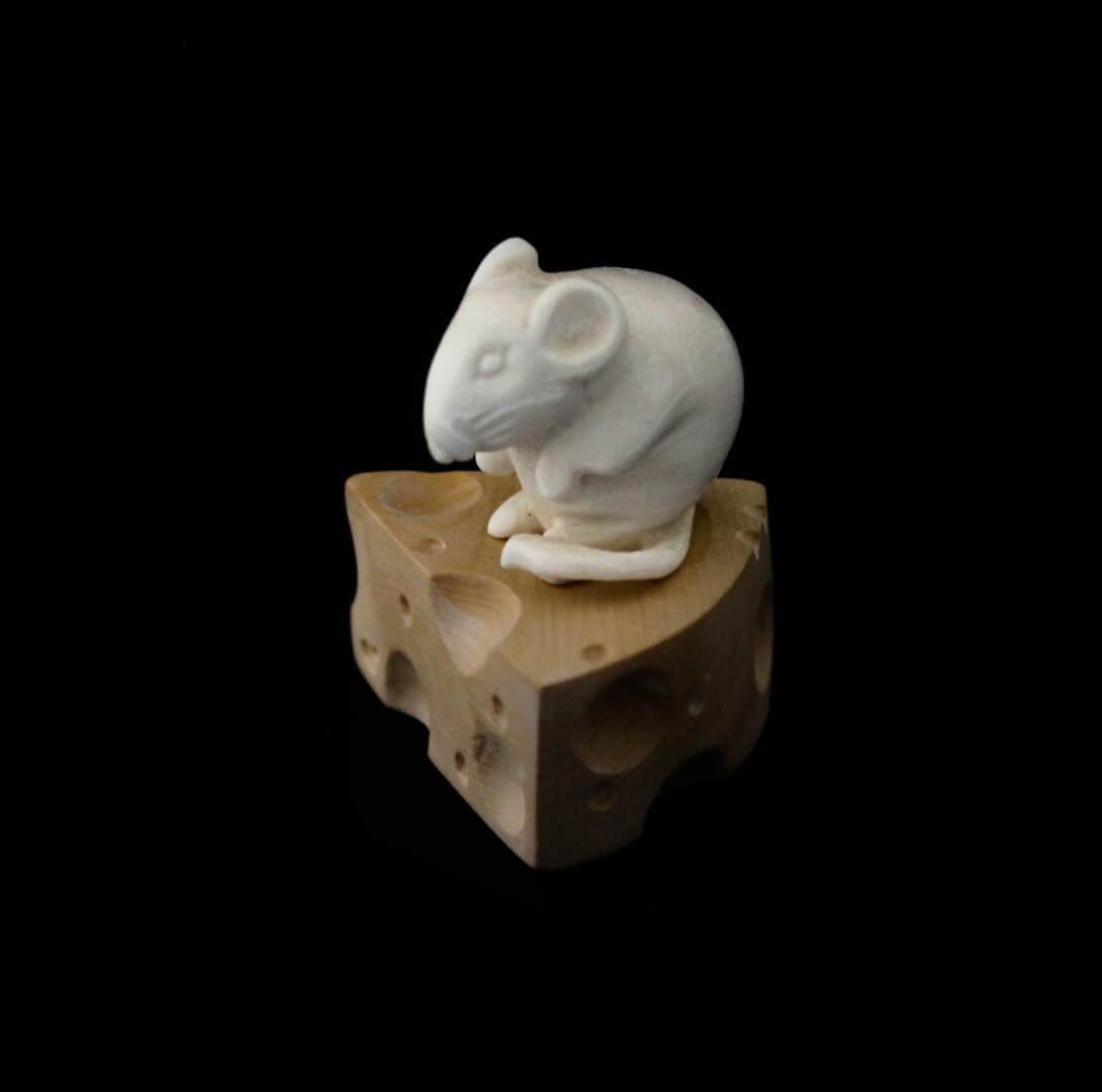 Скульптура из бивня мамонта «Мышонок на сыре»