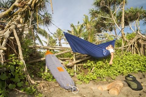 Вот так я отдыхал на острове в гамаке.