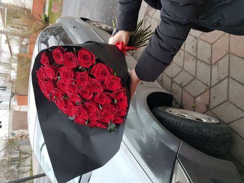 51 РОЗА В ЧЕРНОМ КРАФТЕ 60 СМ