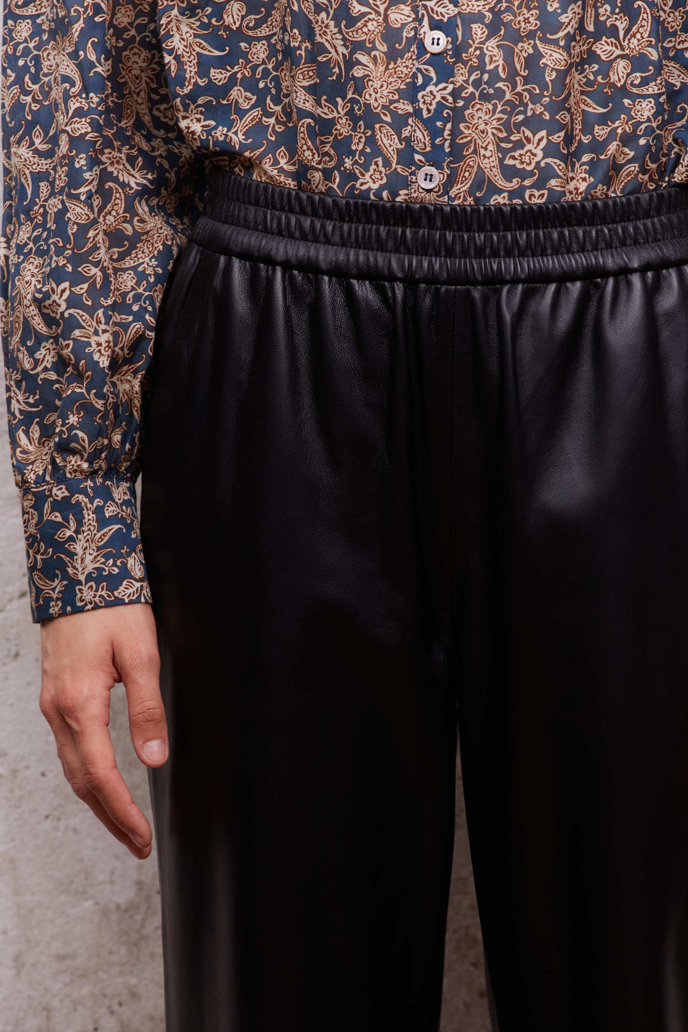 Кожаные брюки на резинке