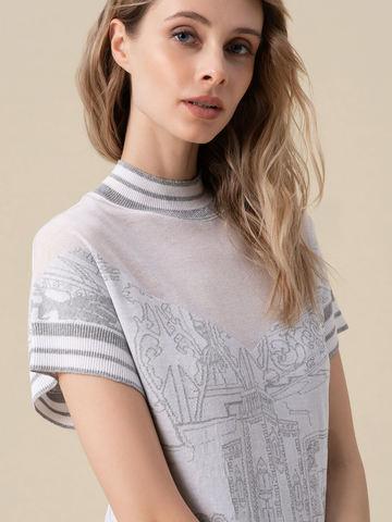 Женская футболка молочного цвета  с принтом и контрастными вставками - фото 4