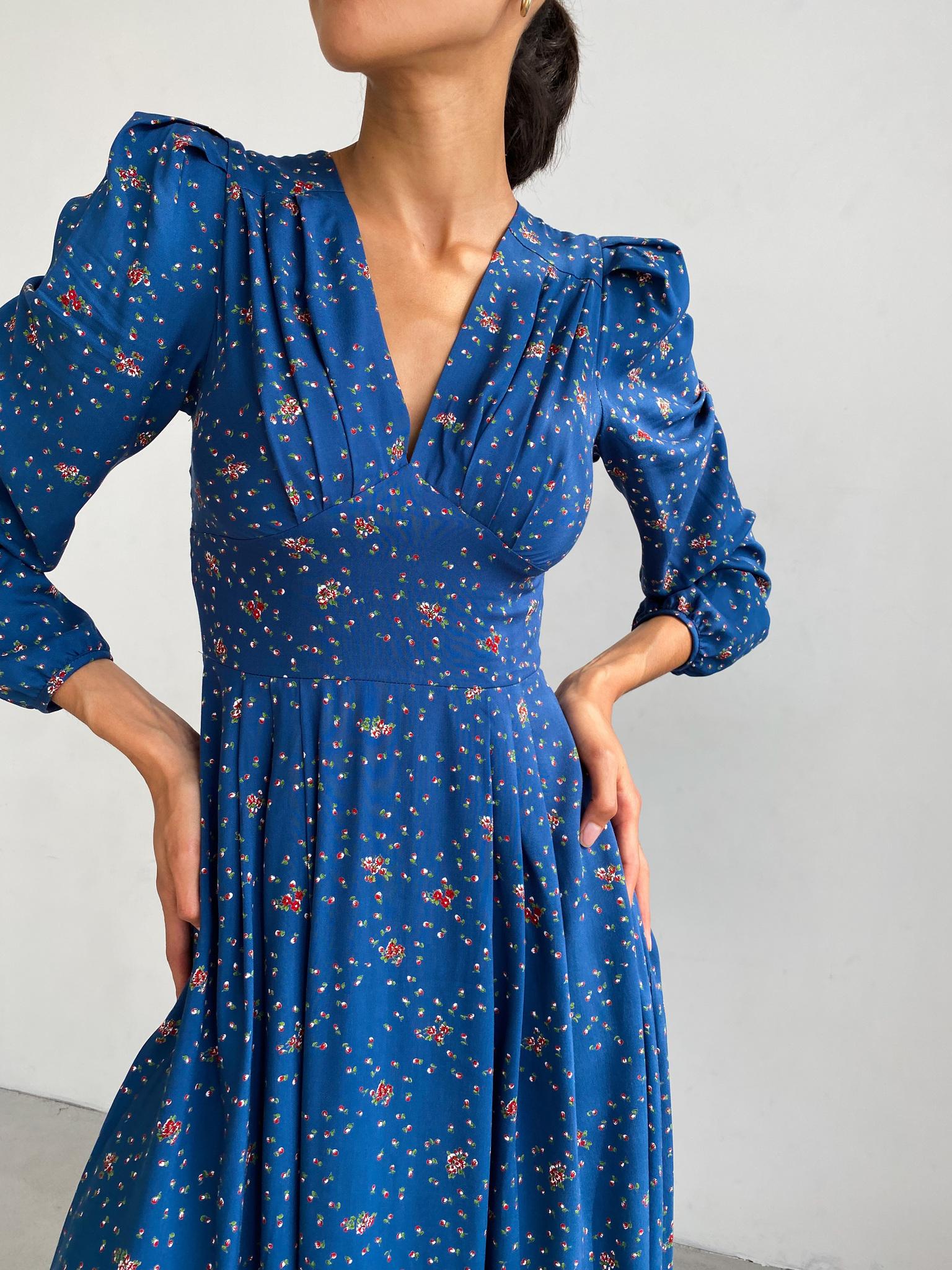 Платье миди с длинным рукавом и V вырезом (красные бутоны на синем)