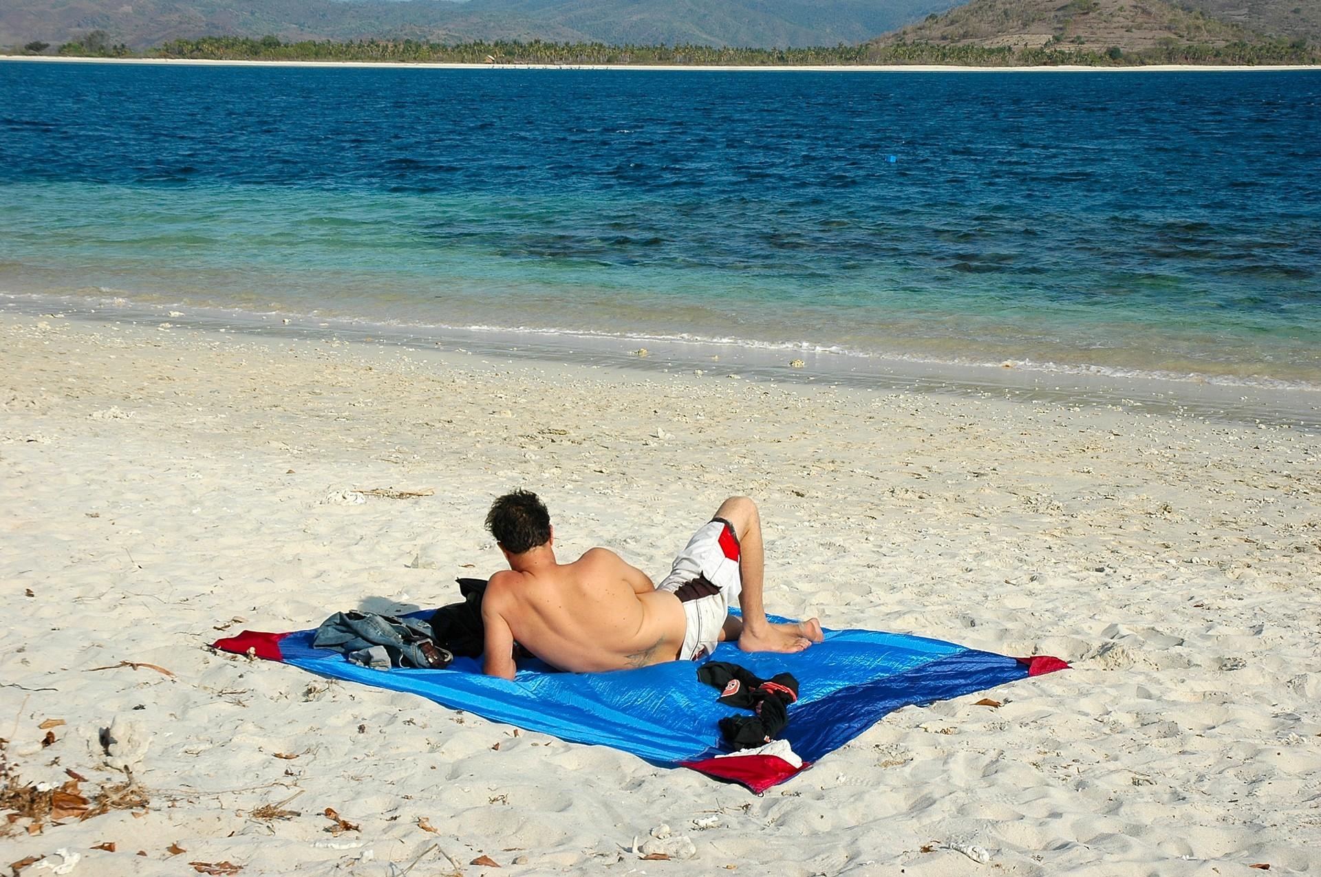 Лазурный берег. Наслаждаюсь отдыхом на пляжном покрывале.
