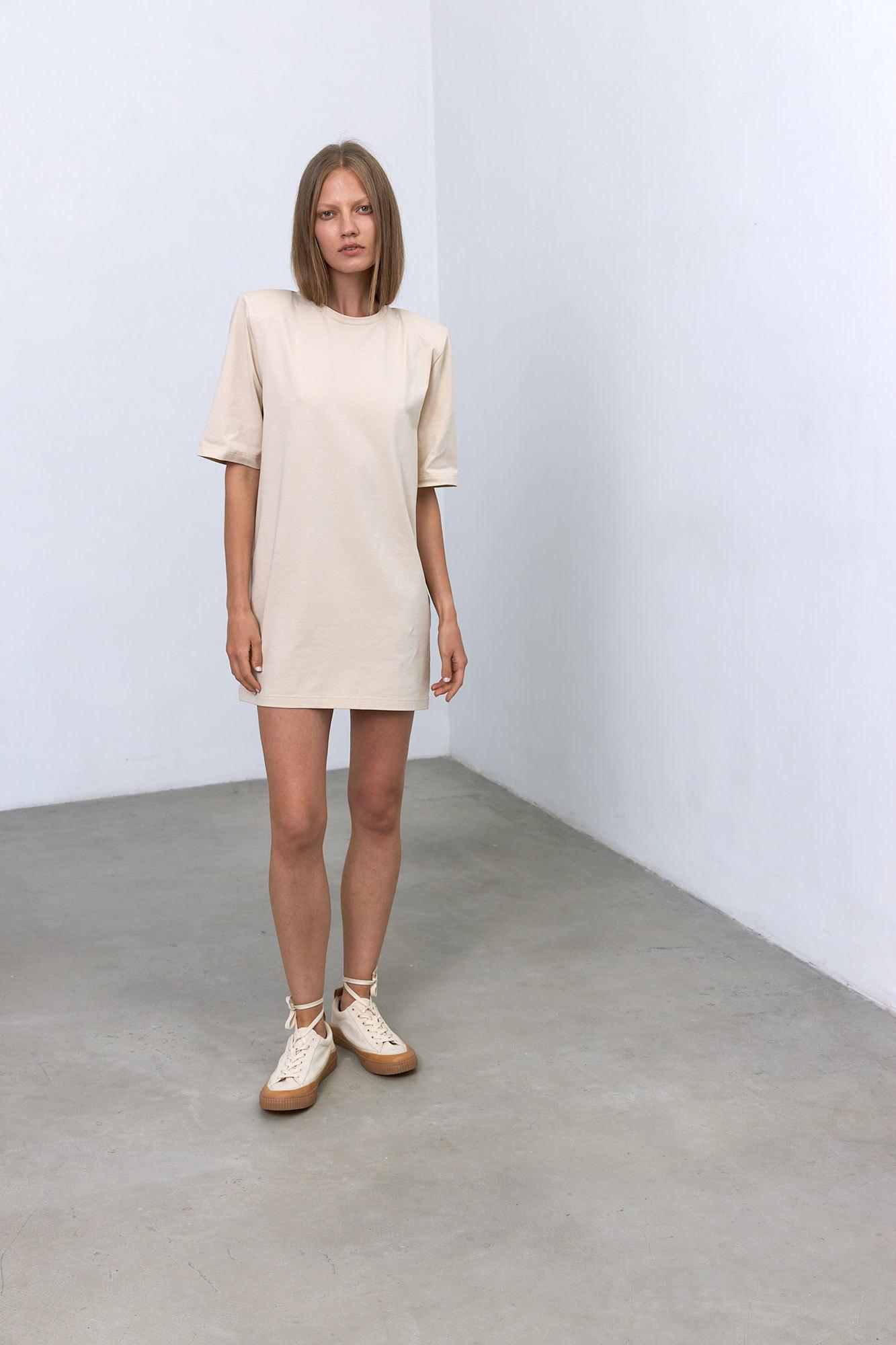 Платье-футболка с подплечниками, беж