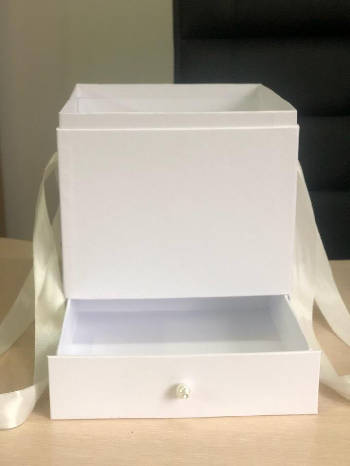 Квадратная коробка с отделением для подарка. Цвет: Белые   . В розницу 500 рублей .