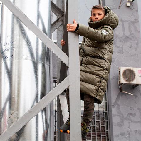 Підліткове зимове пальто кольору хакі на хлопчика