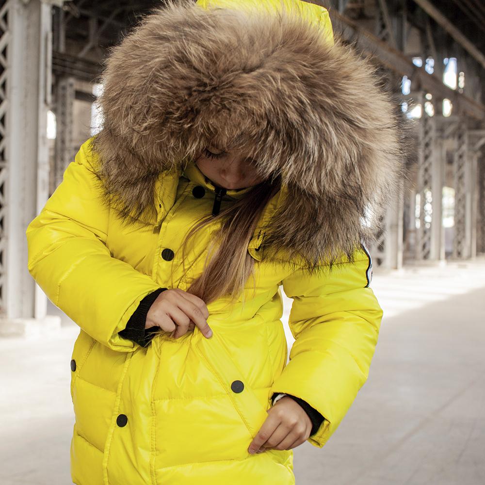 Детская зимняя куртка с натуральной опушкой неоново - желтого цвета на девочку
