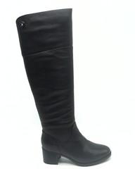 Кожаные ботфорты на среднем каблуке.