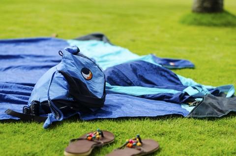 На траве постелили пляжное покрывало.