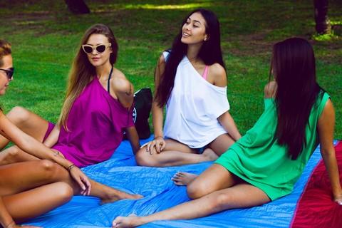 Пикник с девчонками на пляжном покрывале.