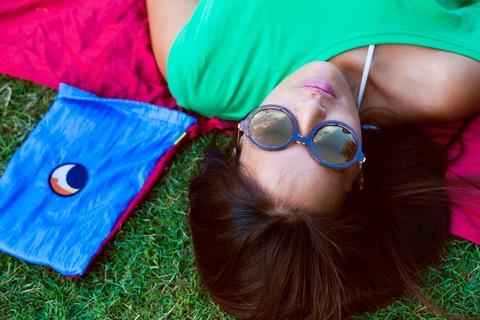 Лежу на пляжном покрывале.