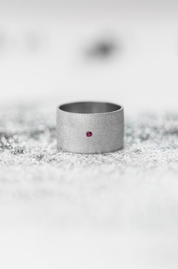Серебряное матовое кольцо с рубином