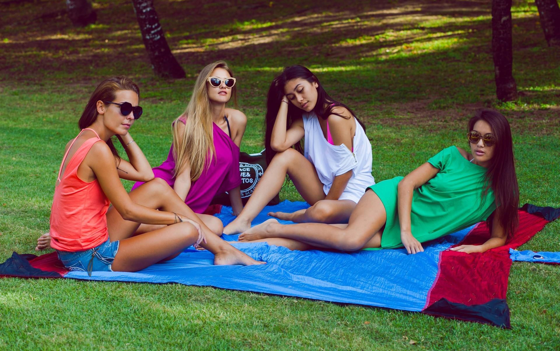 Отдыхаем на лужайке на пляжном покрывале.