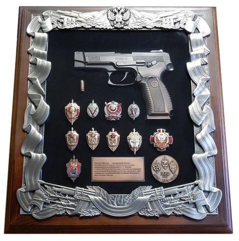 Панно с пистолетом Ярыгина и знаками ФСБ