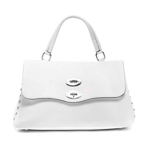 Белая сумка жесткой формы с металлической фурнитурой