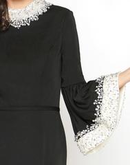 Mac Duggal 12091R Черное платье футляр, средней длинны с изысканным воротничком и рукавами, которые украшены камнями. Застежка: Потайная молния сзади