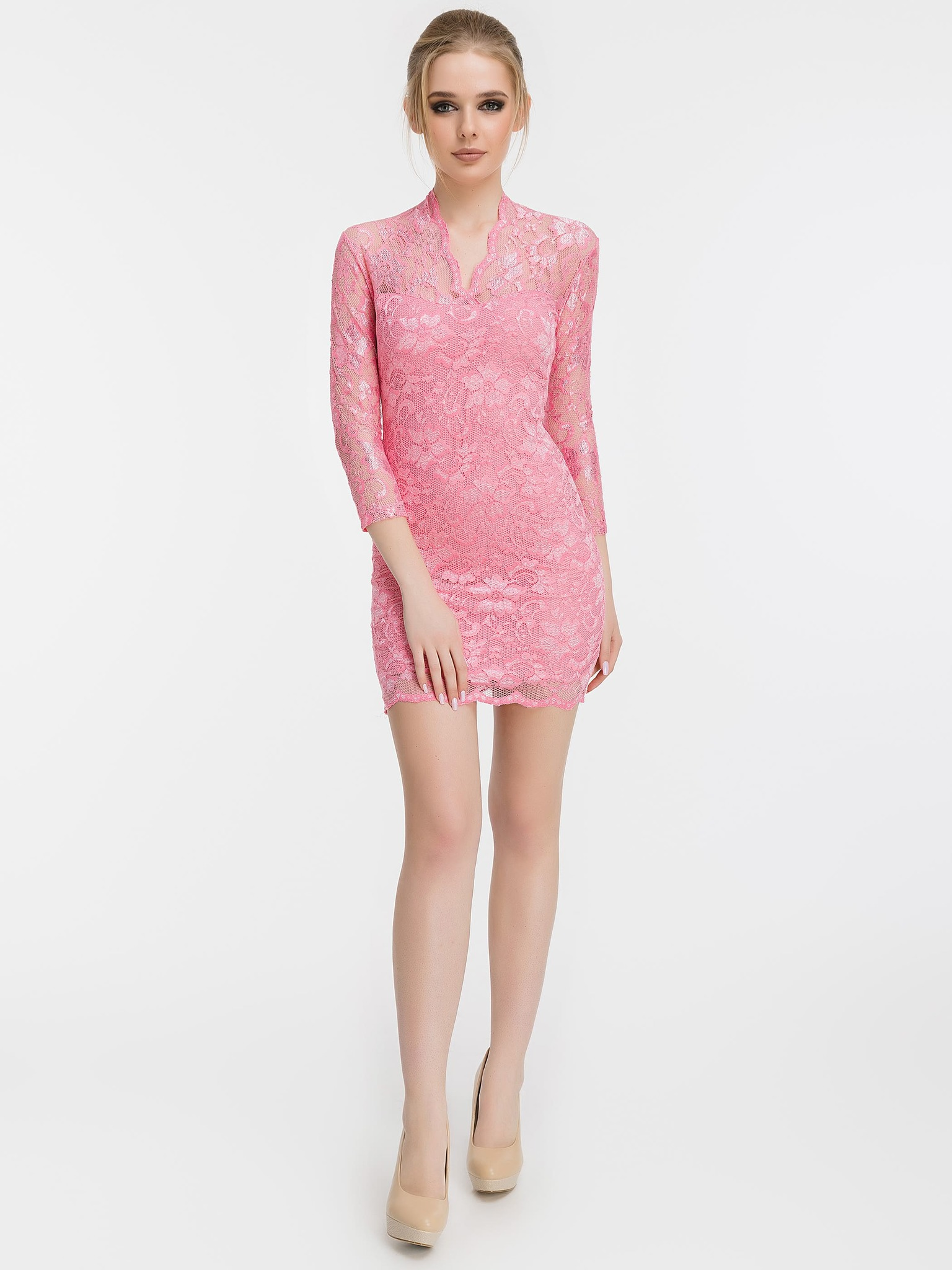 Розовое кружевное платье с V-образным вырезом