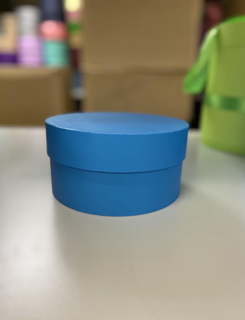 Короткая круглая коробка 16 см. Цвет:  ярко голубой . Розница 300рублей .