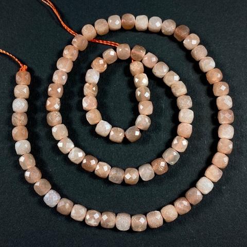 Бусина лунный камень персиковый А+ кубик граненый 5 мм 6 бусин