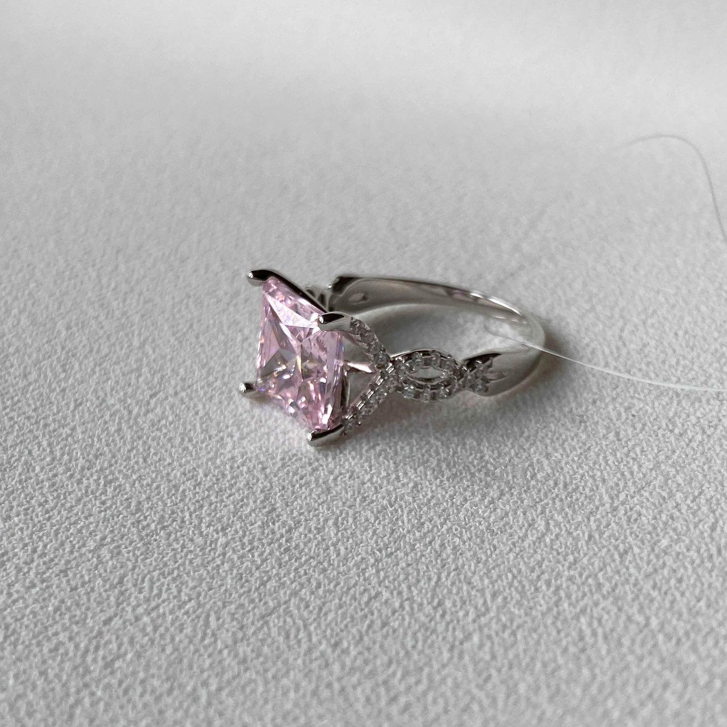 Кольцо с цирконом в фигурной розетке розовый (серебро 925)