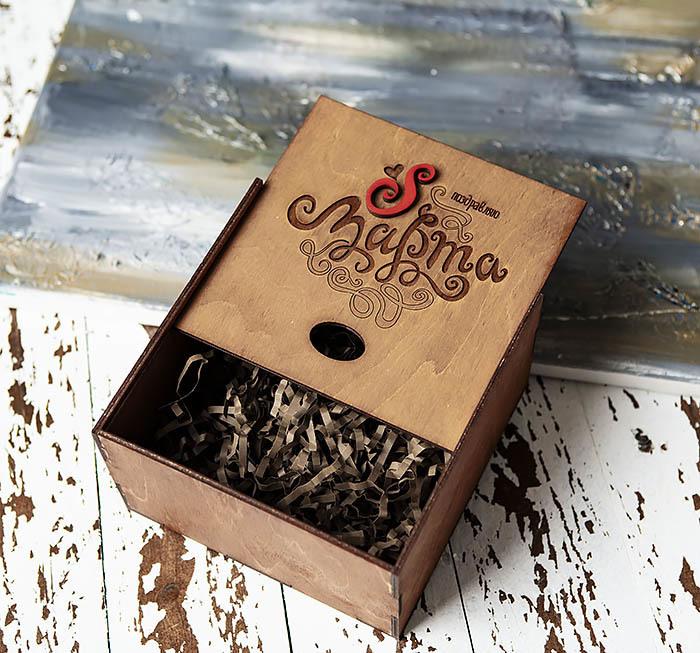 BOX219-2 Коричневая подарочная коробка с ручками «8 МАРТА» (17*17*10 см) фото 03