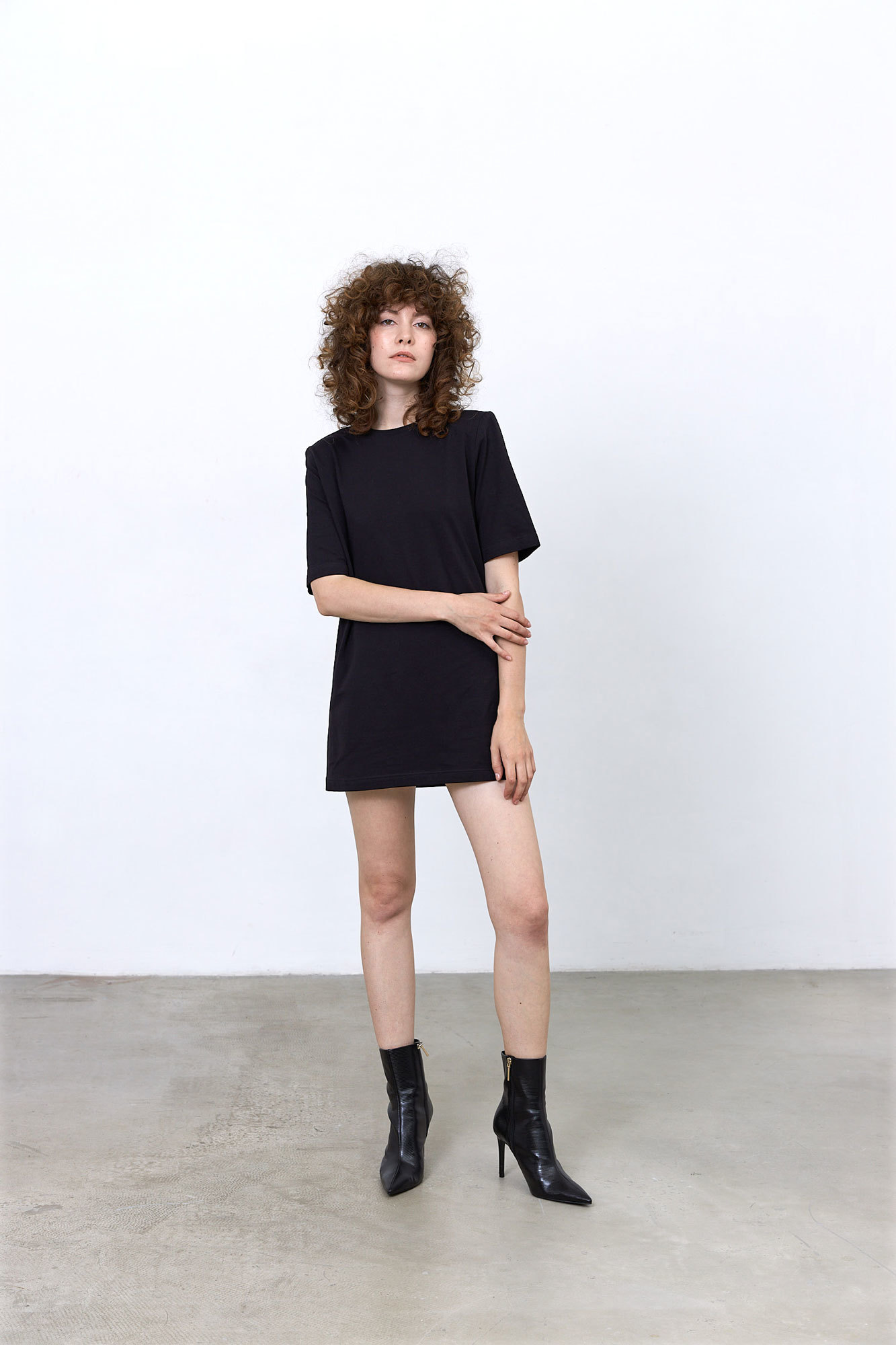 Платье-футболка с подплечниками, угольно-черный