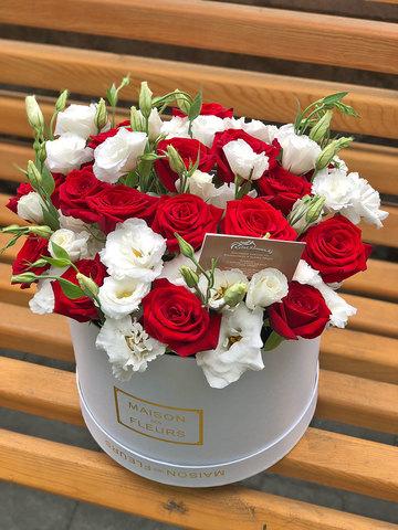 Бархатные розы с лизиантусом в коробке