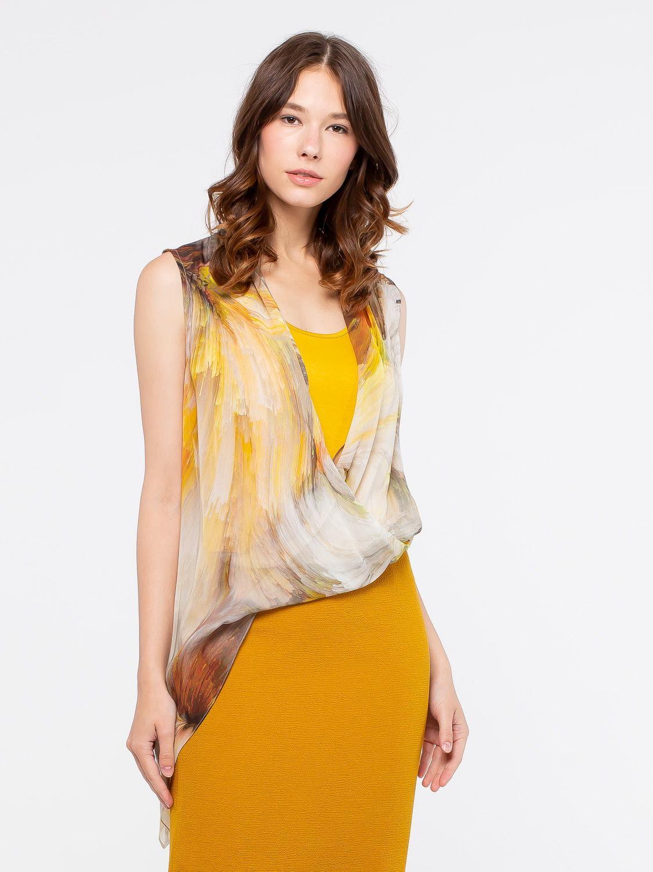 Блуза Г552-150 - Летняя двойная блуза уместна в офисе и на прогулке с подругами. Внутренний слой из мягкого однотонного желтого вискозного трикотажа приятно обнимает тело, а верхний принтованный полупрозрачный слой добавляет образу популярной многослойности и женственности. Верхний слой формирует V-образный вырез, который визуально удлиняет шею.