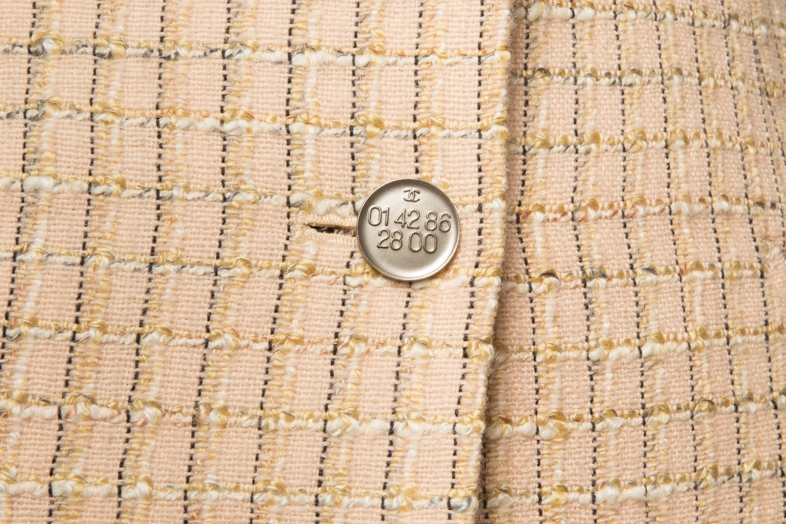 Классический удлиненный жакет из твида бежевого цвета от Chanel, 36 размер.