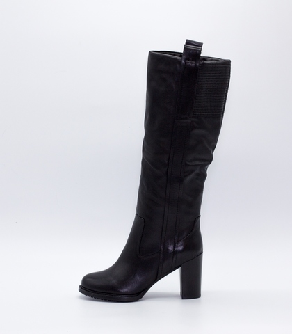 Черные кожаные сапоги на высоком каблуке