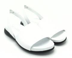 Белые кожаные сандалии на плоской подошве