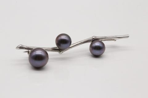 Серебряная брошь с жемчугом 56101S2