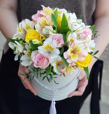 Коробка белая с микс цветами 12