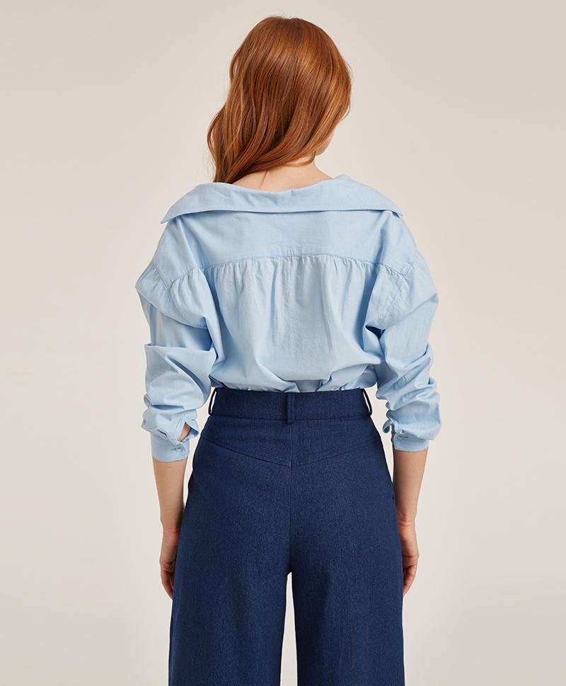 брюки-расклешённые-из-синего-денима-сзади