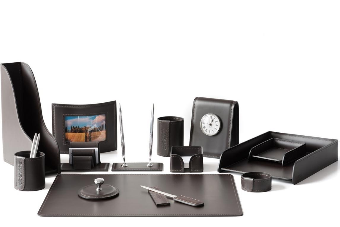 Набор на стол руководителя артикул 1072-СТ 14 предметов на фото в цвете кожи Cuoietto темно-коричневый шоколад.